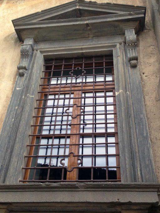 Un finestra in legno installata da 3P Infissi in un palazzo storico