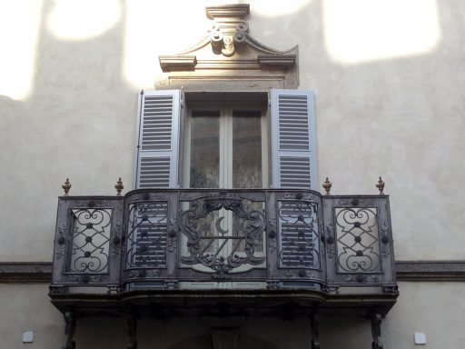 Un oscurante in legno installato da 3P Infissi su una porta finestra di un palazzo storico